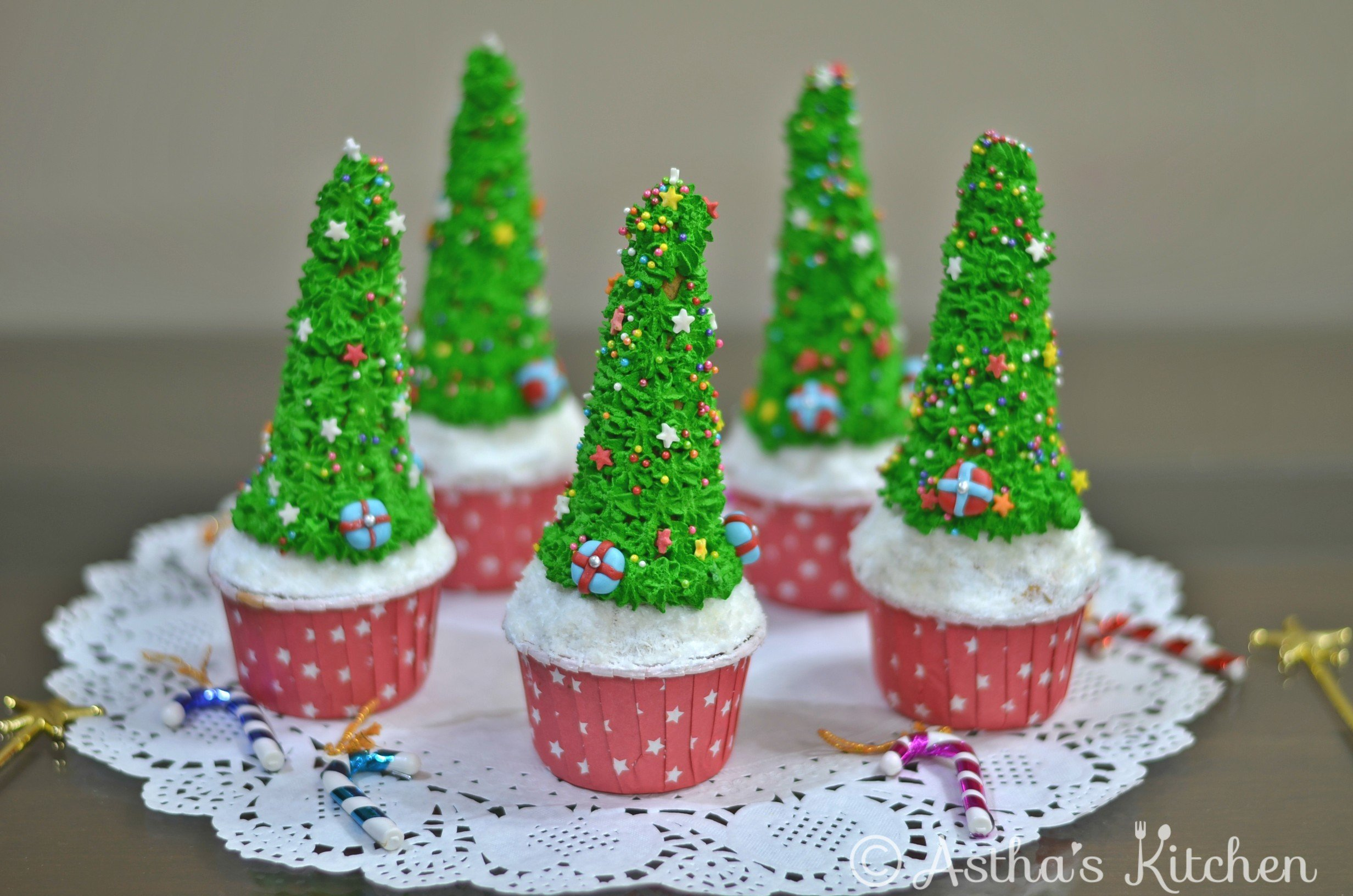 EGGLESS CUTE CHRISTMAS TREE CUPCAKES – Astha\'s Kitchen